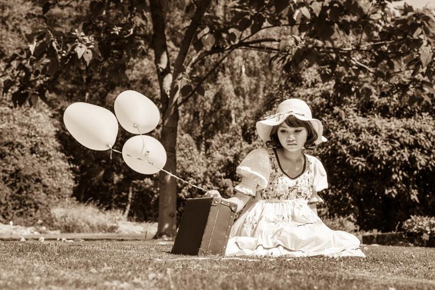 Enttäuschtes Junges Mädchen. Alleine Gelassen Mit Koffer Und Zerplatzten Träumen.